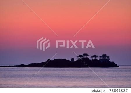 日和山海岸の朝日 78841327