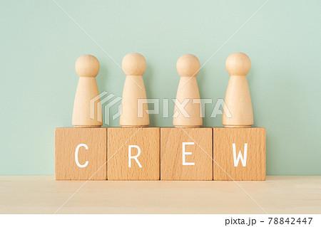 クルー、メンバー、構成員|「CREW」と書かれた積み木と人型のオブジェ 78842447