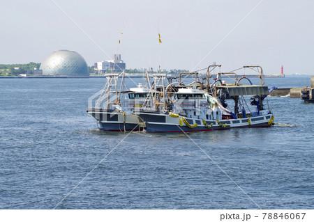 大阪港で操業訓練をする二艘引き船の景色 78846067