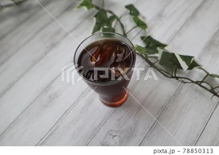 テーブルの上に置かれたアイスコーヒー 78850313