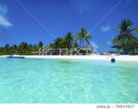 モルディブのエメラルドグリーンのビーチで水遊び 78854927