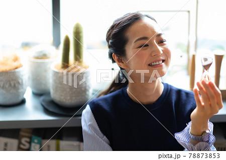 スマートフォンを見る女性 78873853