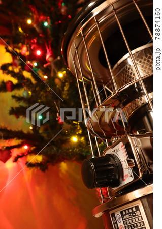 クリスマスツリーの手前に置いた石油ストーブ 78874160