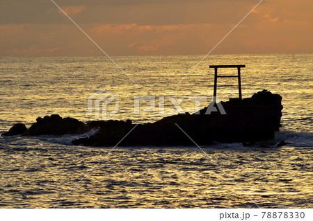 朝日に染まる、ふくしま海遺産の弁天島 78878330