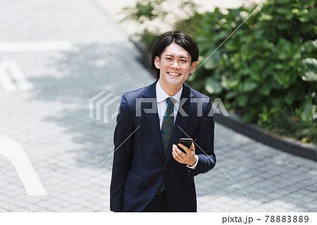 俯瞰・通勤(出社)する若いビジネスマン・ビジネスイメージ 78883889