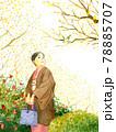 正月の日本庭園を歩く和服の女性 78885707