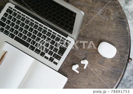 ノートパソコンとワイヤレスイヤホン・音楽とネットワークのイメージ 78891753
