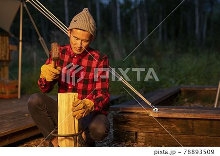 薪を割る男性 78893509