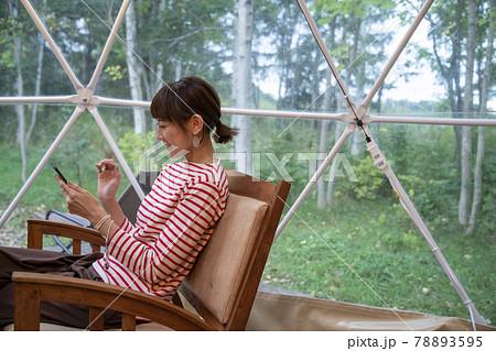 グランピングドームの女性 78893595