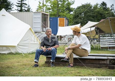 キャンプ場の男性 78893845