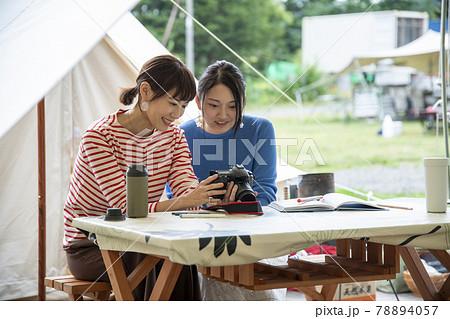 キャンプ場の女性 78894057