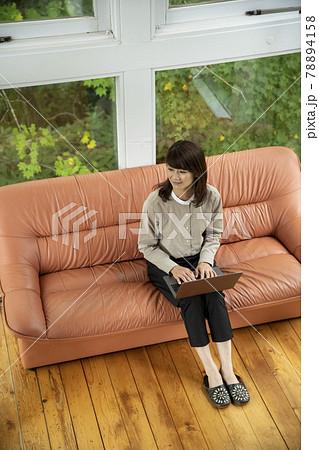 森のカフェでテレワークする女性 78894158