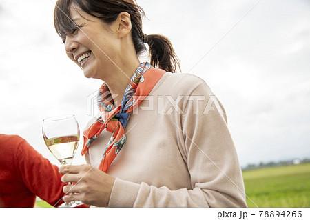 ワインを飲むカップル 78894266