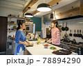 共同キッチンで調理する女性 78894290