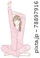 伸びをする女性 78897916