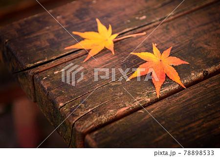 ベンチの上の落ち葉(紅葉イメージ) 78898533