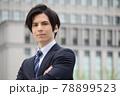 スーツを着ている若い男性 78899523