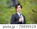 スーツを着ている若い男性 78899528
