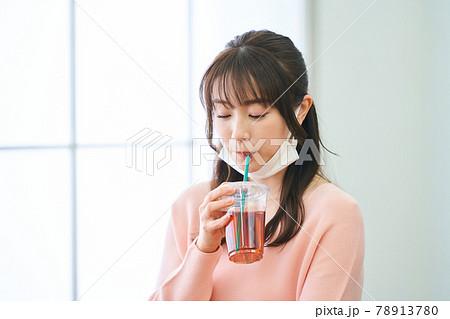 若い女性 テレワーク ノートパソコン テーブル マスク飲食 78913780