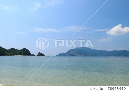奄美大島ヤドリ浜の透明な美しい海で遊ぶ人たち 78923450