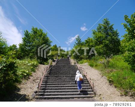 階段をのぼる女性シニア(後ろ姿) 78929261