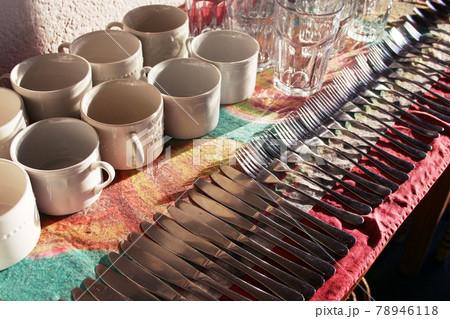 リオ州の別荘地の食堂に並べられた食器類 ブラジル 78946118