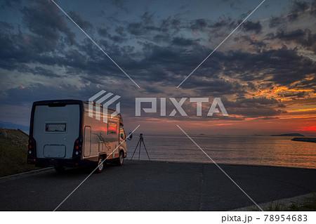 キャンピングカーと夕焼け perming210620 絶景 写真素材 78954683