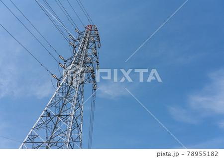 青空と送電線の走る鉄塔 78955182