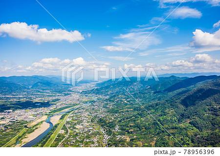 龍門山付近から紀ノ川沿いに奈良方面を空撮。和歌山県紀の川市 78956396