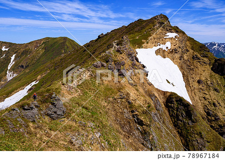 残雪期の谷川岳オキノ耳と快晴の空 78967184