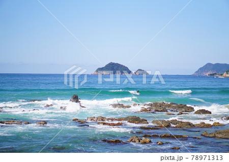 打ち寄せる波でサーフィンを楽しむ~日本海の景色 78971313