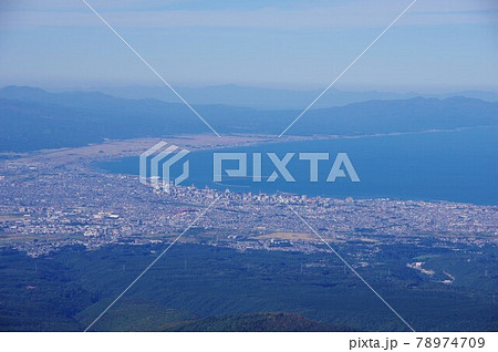 青森県 八甲田ロープウェー山頂公園駅展望台から見た青森市街と陸奥湾 78974709