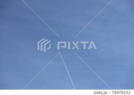 飛行雲と薄雲のある青空 78976352
