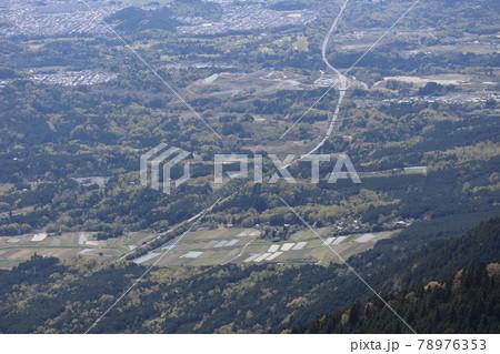 琵琶湖バレイから見た湖西道路と周辺の町や田畑や森林の見える風景 78976353