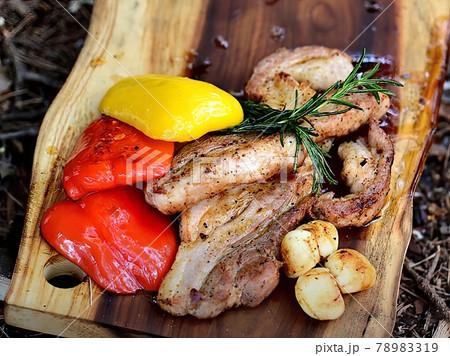 キャンプで作った肉とパプリカとニンニクの料理 78983319