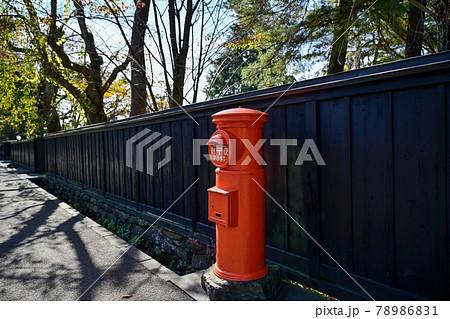 懐かしい丸型ポストと黒壁のコラボ情景@角館、秋田 78986831
