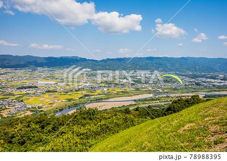 青空に向かって飛び立つパラグライダー。 紀の川市寺山スカイスポーツにて 78988395