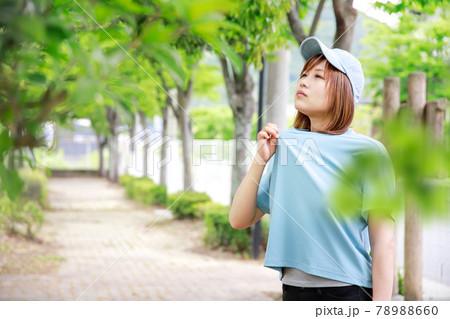 運動で汗をかいて不快になった女性 78988660