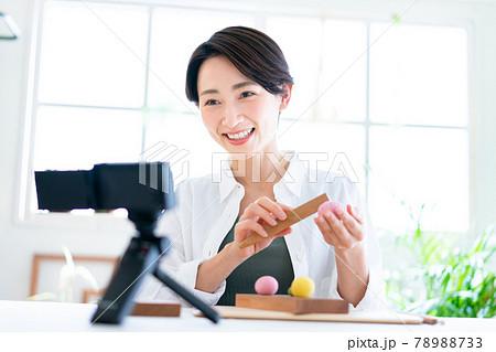 和菓子作りを収録してyoutubeに配信する女性 78988733