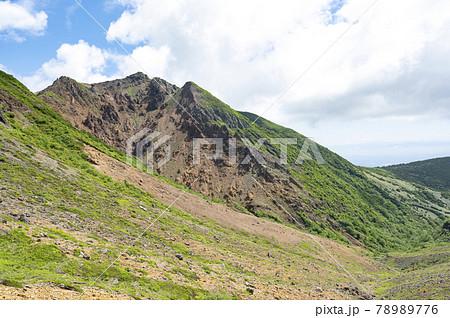 栃木県那須岳峰の茶屋から三本槍岳方面を見た風景 78989776