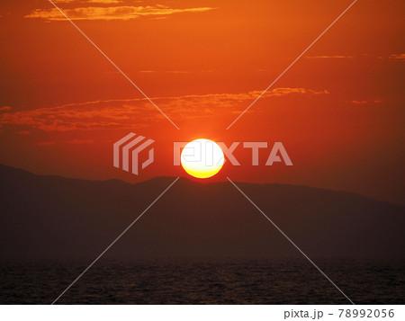 大島の向こうに沈む夏至の太陽 福岡県宗像市のさつき松原海岸 78992056