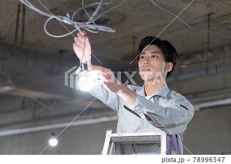 電気工事をする若い男性 78996547