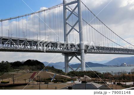 与島サービスエリアよりみる瀬戸内に浮かぶ北備讃瀬戸大橋の橋脚近くを通過する2700系三両編成特急南風 79001148