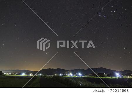 実りの秋農村の星景色 オリオン座 79014668