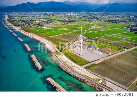 夏間近梅雨の合間の富山県入善町風力発電施設と富山湾 79022081