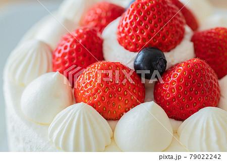 苺のショートケーキ ホールケーキ 木目テーブルクローズアップ素材 79022242
