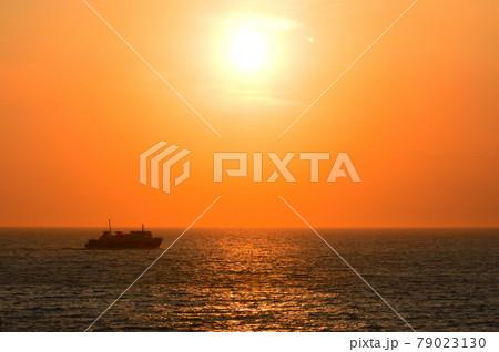 夕陽の中で出航して行く駿河湾フェリー 79023130