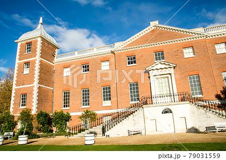 赤レンガ造りの歴史的な建物 ロンドン郊外の公園にて 79031559
