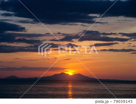 国後島から昇る朝日(北海道・知床) 79039145