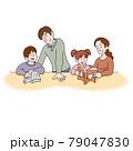 読書する家族 79047830